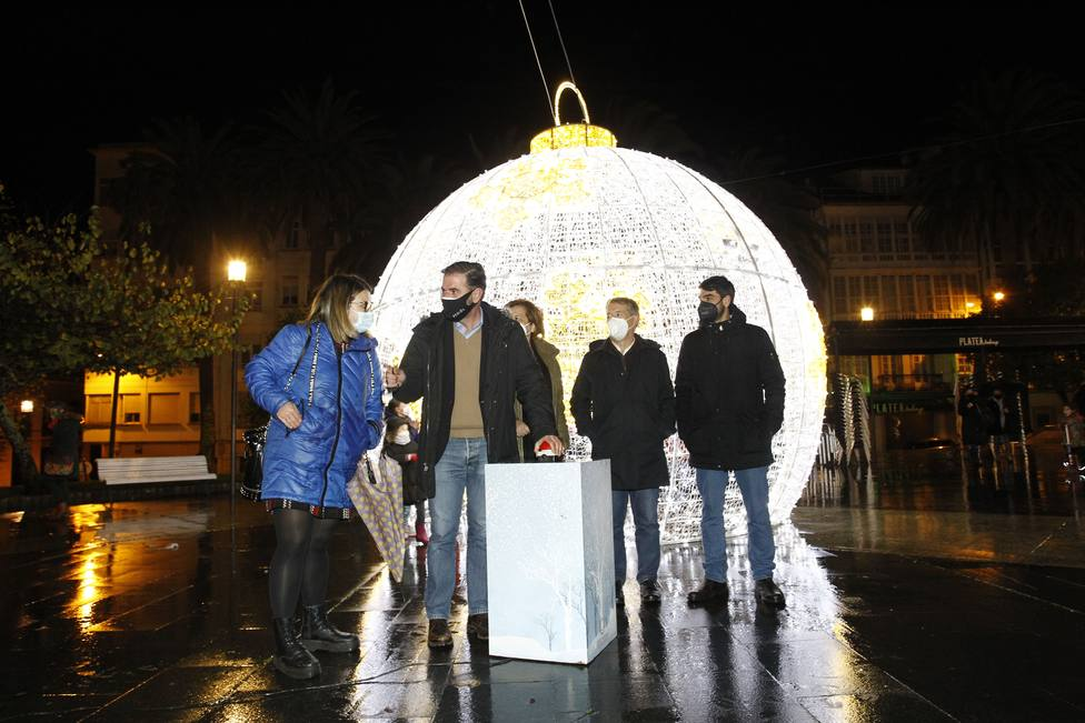 Ángel Mato y miembros de la corporación municipal encendieron la Navidad en Amboage. FOTO: Concello Ferrol