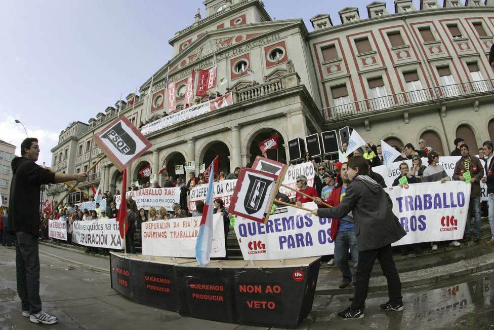 Foto de archivo de una movilización de 2011 ante el Ayuntamiento de Ferrol - FOTO: EFE / Kiko Delgado