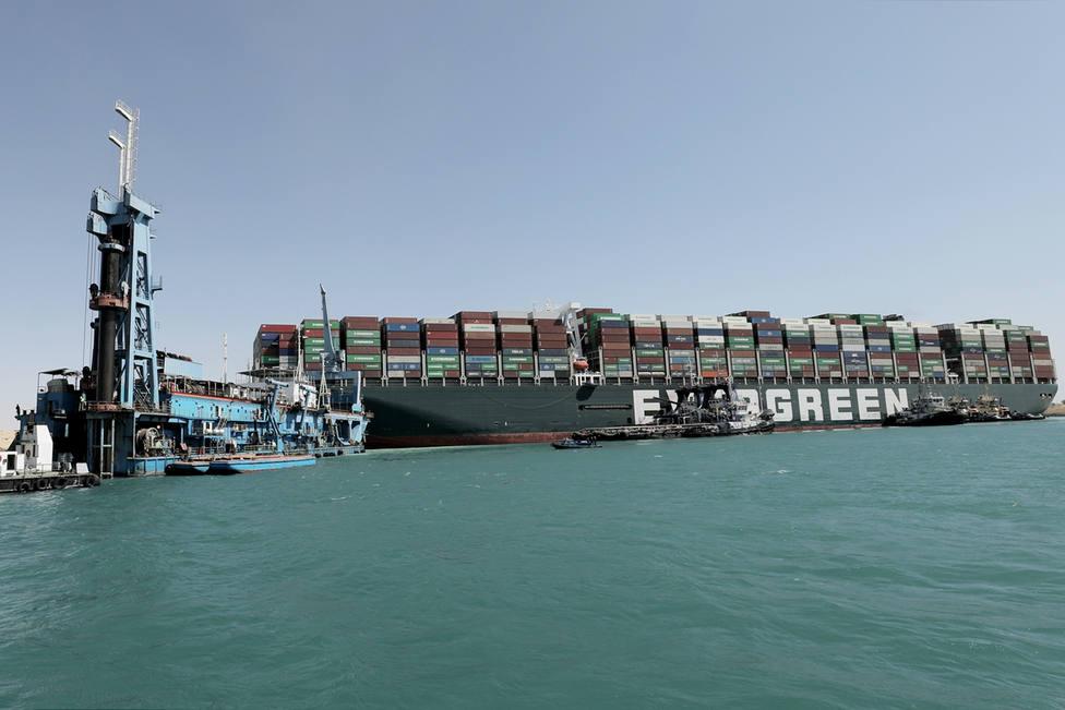 El Ever Given es reflotado y se sitúa paralelo a la orilla del canal de Suez
