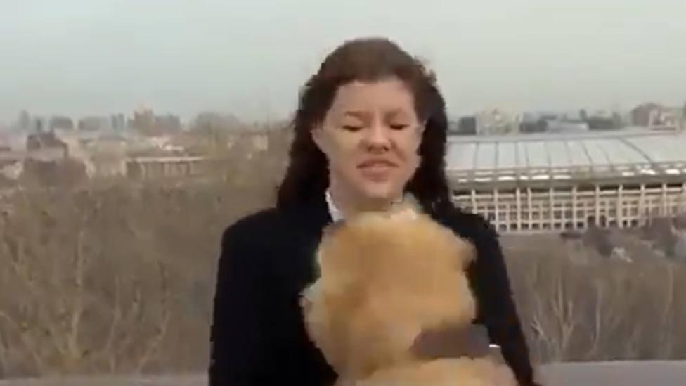 Una periodista rusa sufre el ataque de un perro en directo y deja a la presentadora con esta cara