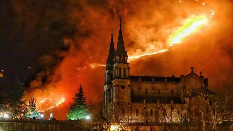 Incendio en el monte Priena, junto al Real Sitio de Covadonga