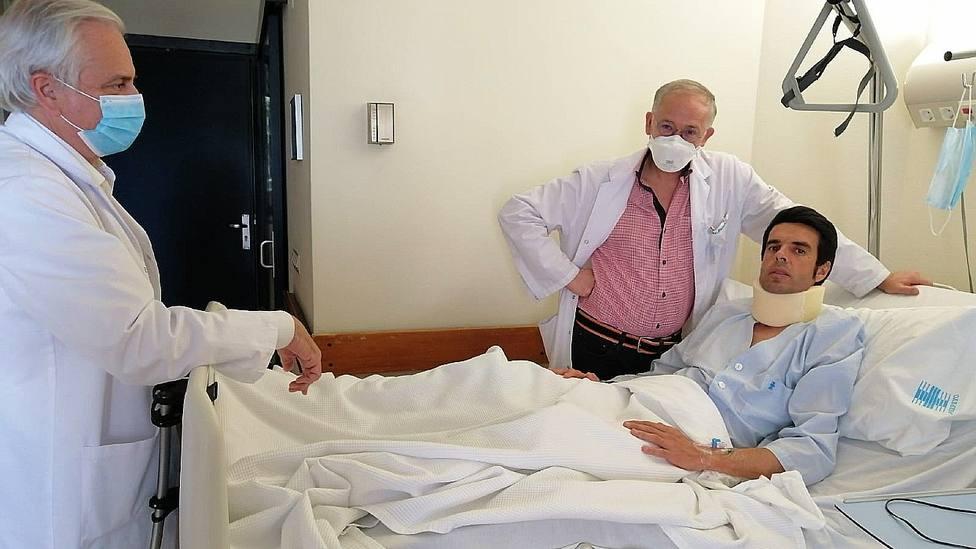 Emilio de Justo junto a los doctores que le están tratando en el Hospital Asepeyo de Coslada (Madrid)