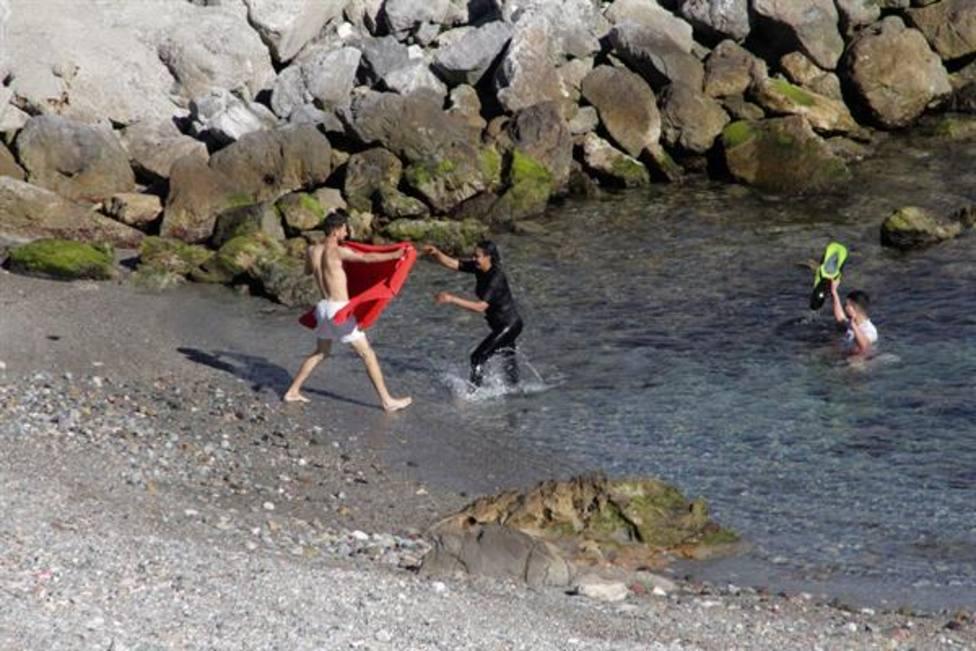 Llegada de inmigrantes a Ceuta por el espigón fronterizo
