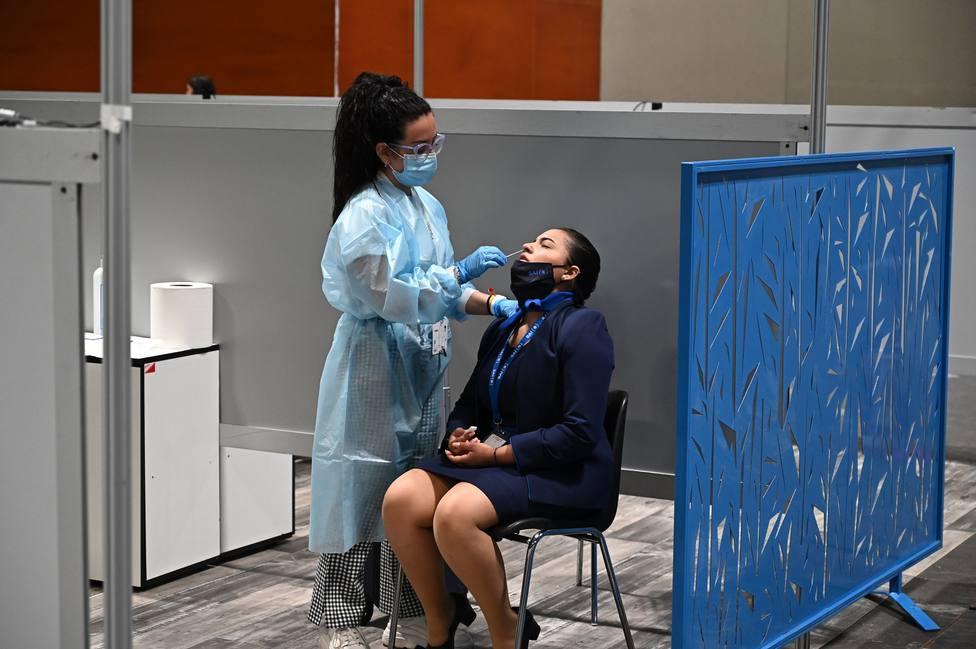 Una sanitaria realiza una prueba PCR - FOTO: EFE/ Fernando Villar