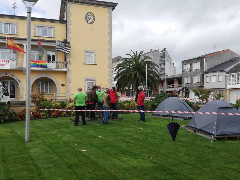 La acampada de trabajadores de las empresas auxiliares se instaló delante del concello. FOTO: CIG