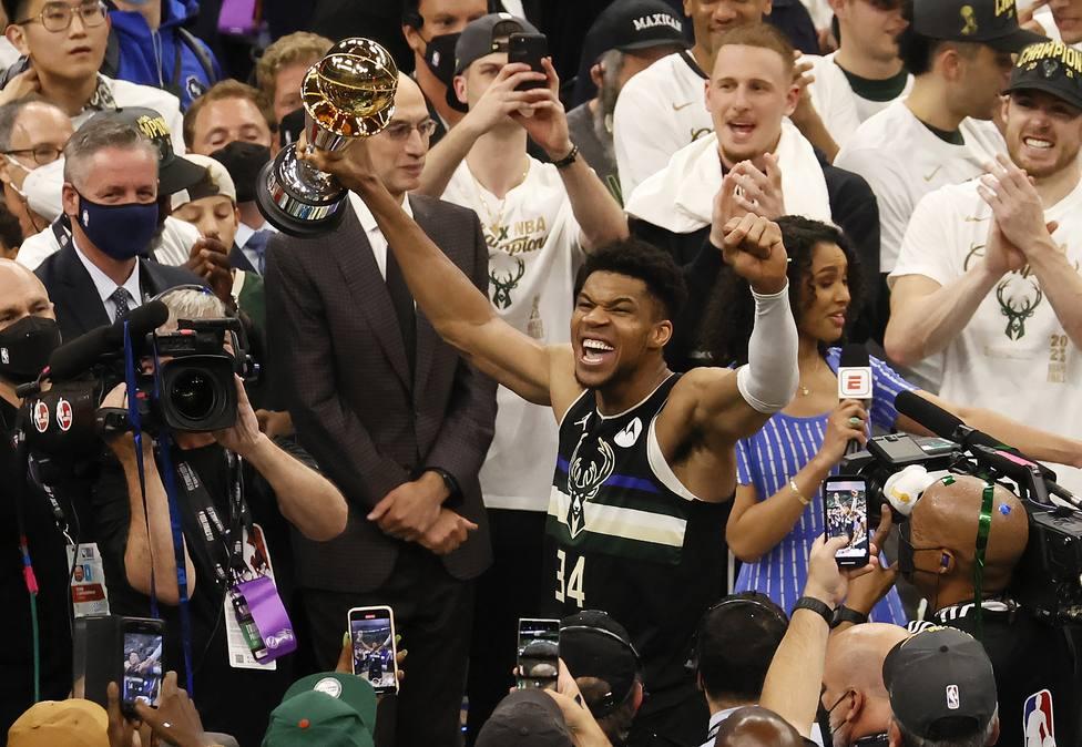 Antetokounmpo celebrando la victoria de los Bucks
