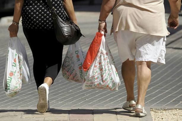 A partir del 1 de julio habrá que pagar por las bolsas de plástico. EFE