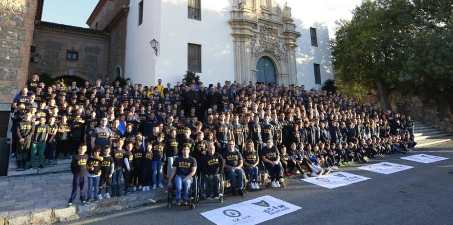 Cerca de mil deportistas de la UCAM realizan la ofrenda floral a La Fuensanta