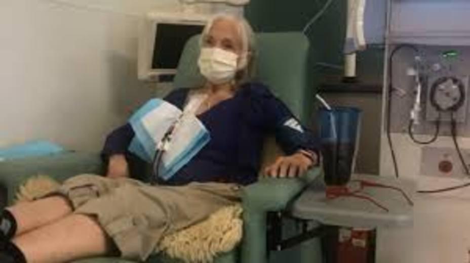 Linda Woolley en su sesión de diálisis