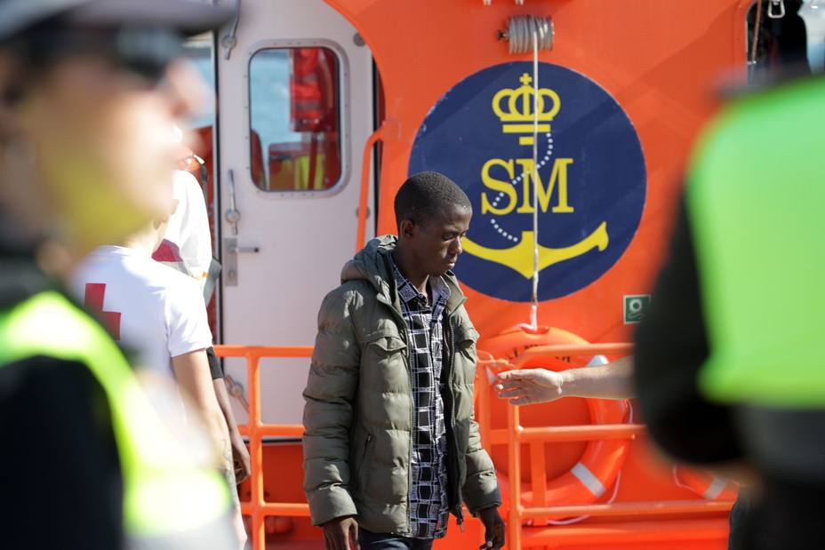 Trasladados a puerto los 68 migrantes que llegaron en patera a la Isla de Alborán