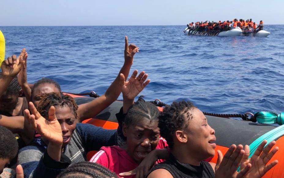 Alertan de un centenar de inmigrantes a la deriva en el Mediterráneo
