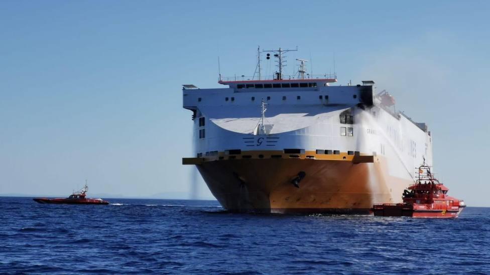 Casi extinguido el incendio en un buque de carga que ha obligado a evacuar a la tripulación
