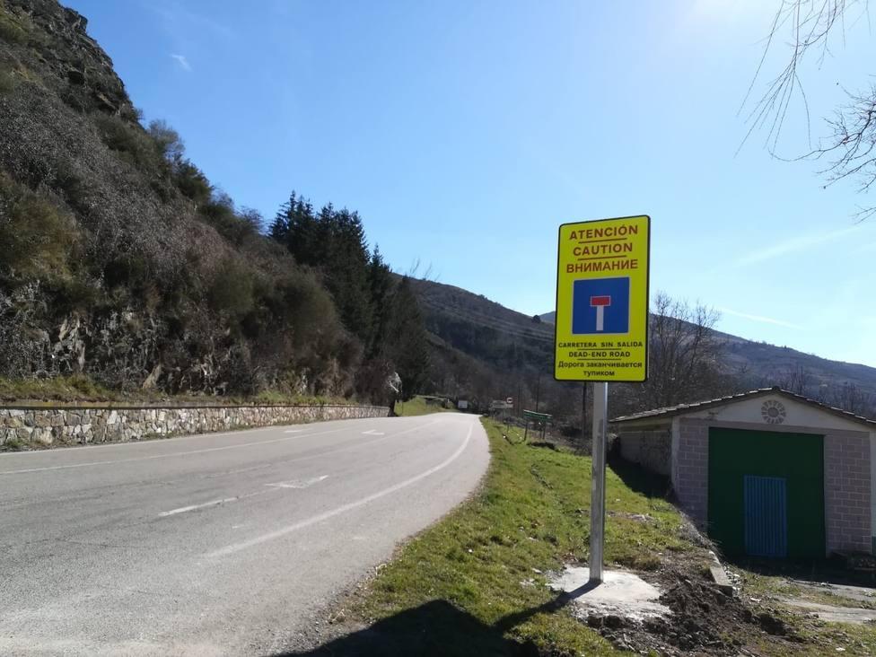 Instaladas nuevas señales de tráfico de advertencia de carretera sin salida en diferentes idiomas
