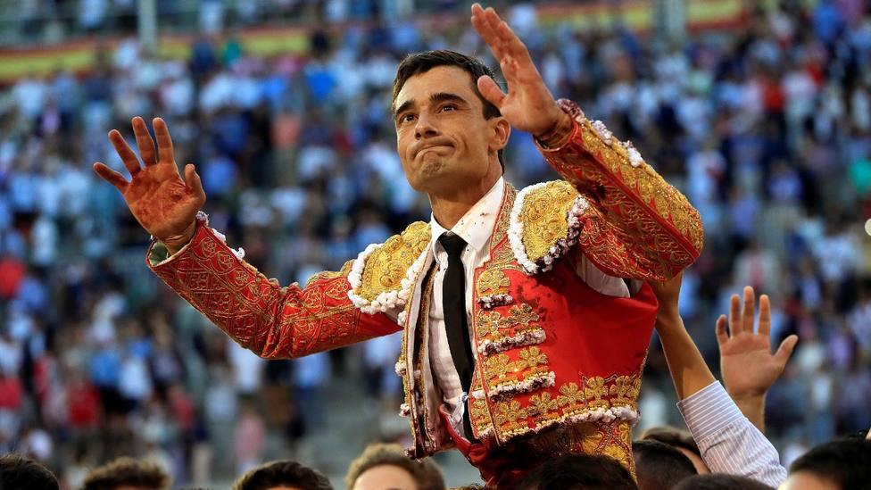 Paco Ureña en su salida a hombros de Las Ventas en la Feria de San Isidro 2019