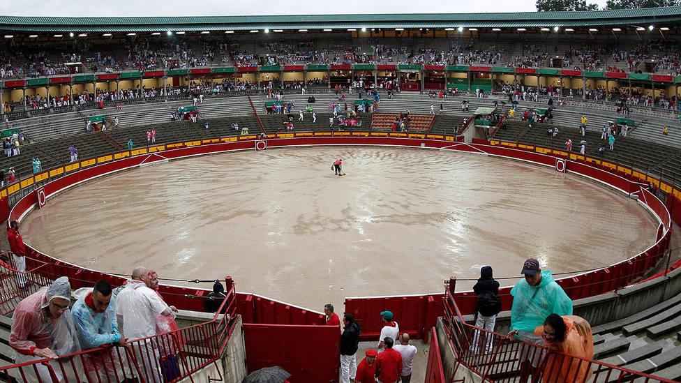 En este estado quedó el ruedo de la plaza de toros de Pamplona este lunes por la lluvia caída