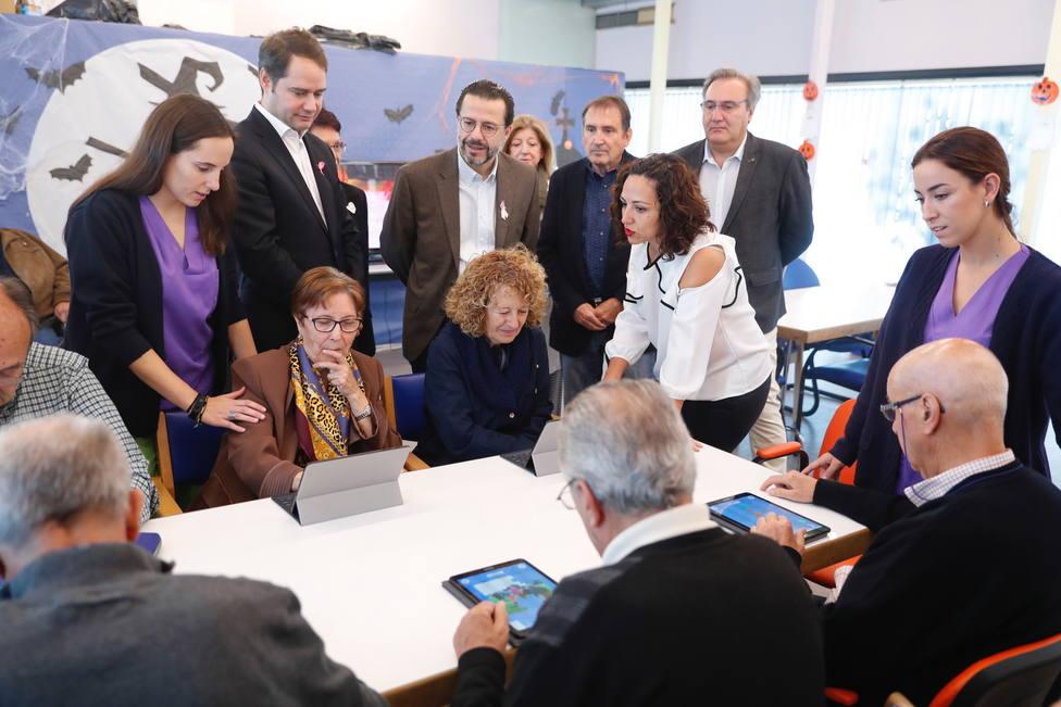 Javier Fernández-Lasquetty visita la Asociación de Familiares deEnfermos de Alzheimer de Torrejón de Ardoz