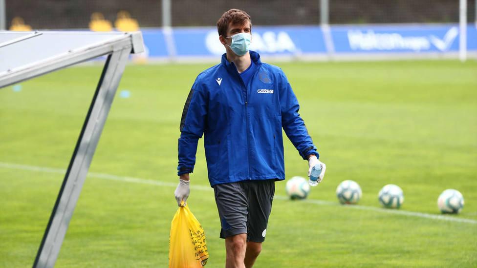 Diego Llorente con guantes y mascarilla entrenándose con Zubieta