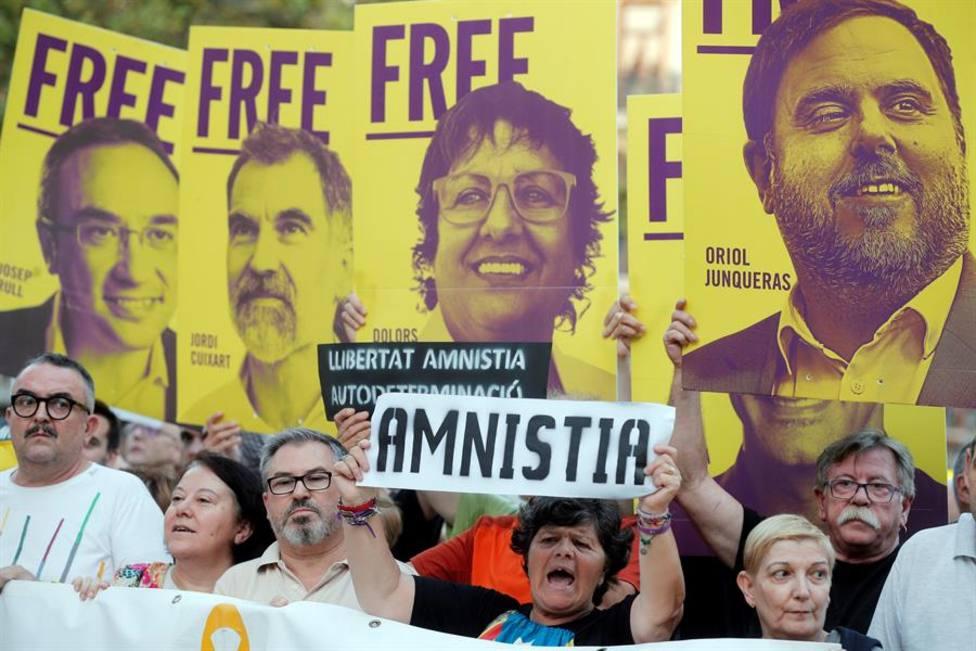 Manifestantes piden la puesta en libertad de los líderes independentistas catalanes en prisión