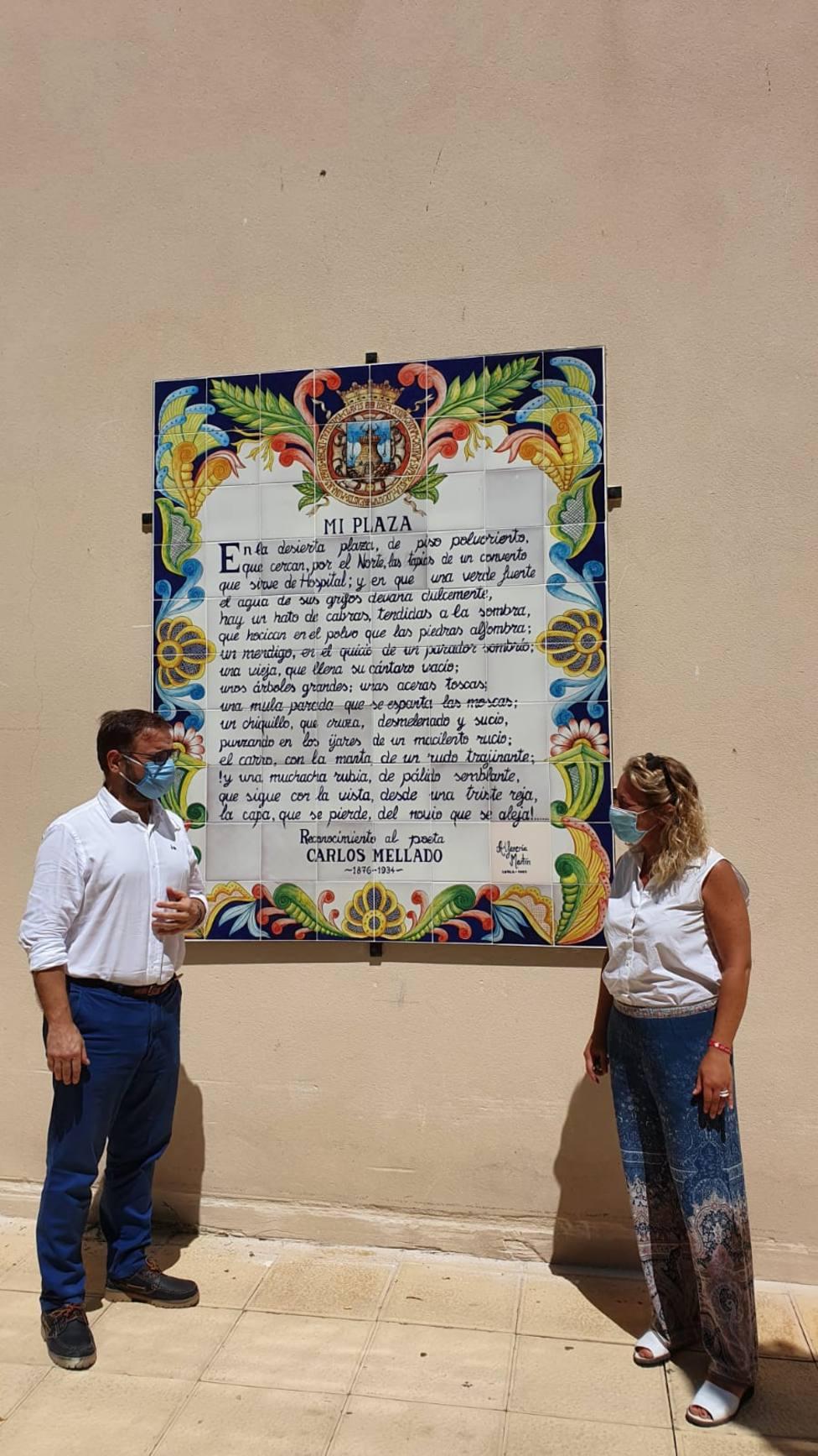 Instalan en la Plaza del Negrito el mural que le dedicó el poeta lorquino Carlos Mellado