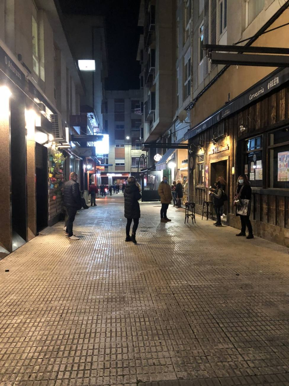 Hosteleros de Verín protestando en la calle Montemaior