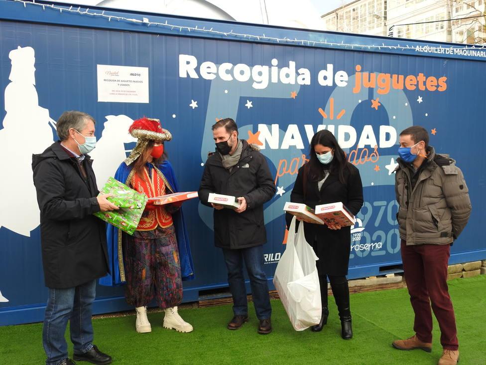 El alcalde y concejales de Ferrol frente al contenedor de juguetes de la empresa J.Rilo. FOTO: Concello Ferrol