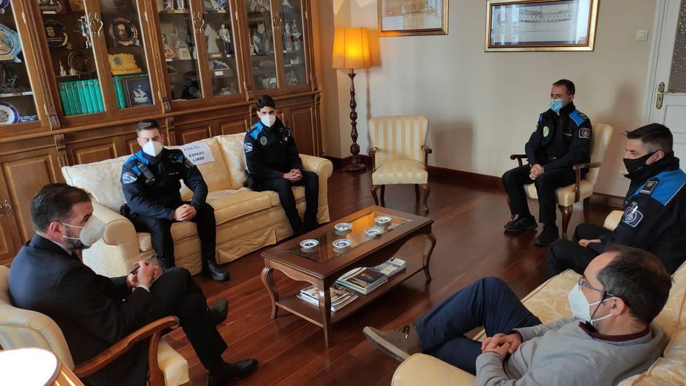 Los agentes de la Policía Local de Ferrol durante la recepción con el alcalde - FOTO: Concello de Ferrol