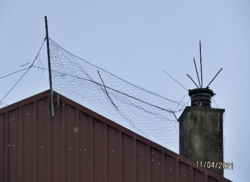 Artefacto anticigüeñas colocado en un tejado