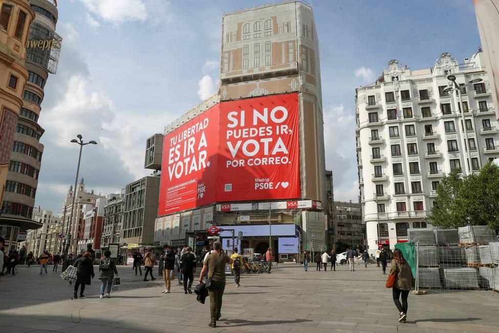 El PSOE instala una lona en la plaza de Callao de Madrid