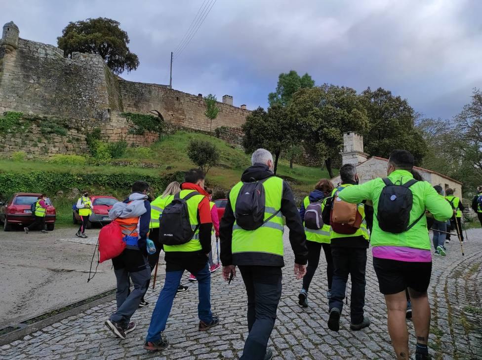 Participantes inician la primera etapa, desde el castillo de Monterrei