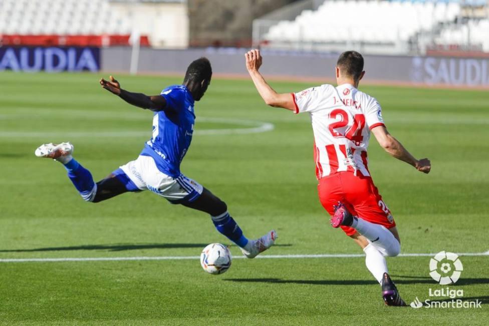 Samu Obeng intenta un remate ante un defensor del Almería