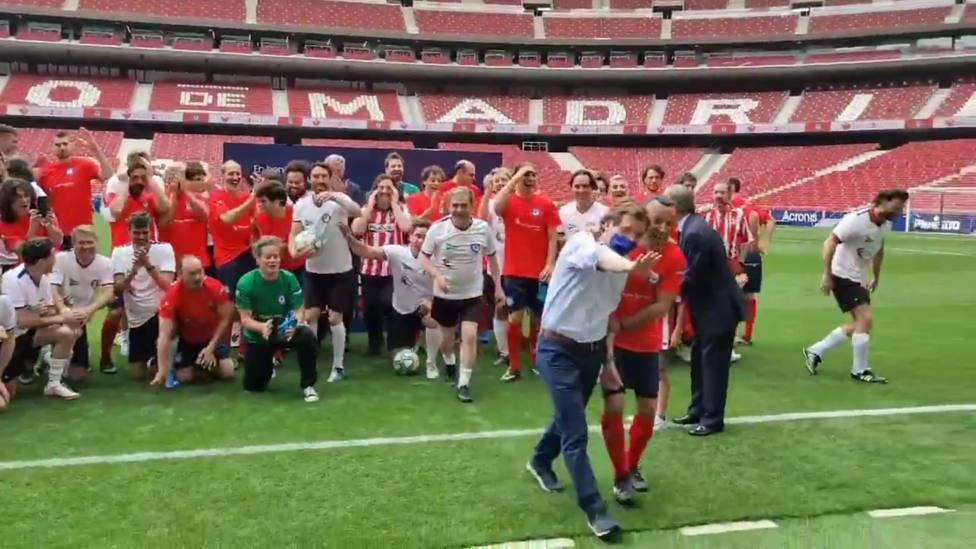 Martínez Almedia se disculpa con el periodista al que golpeó sin querer con el balón