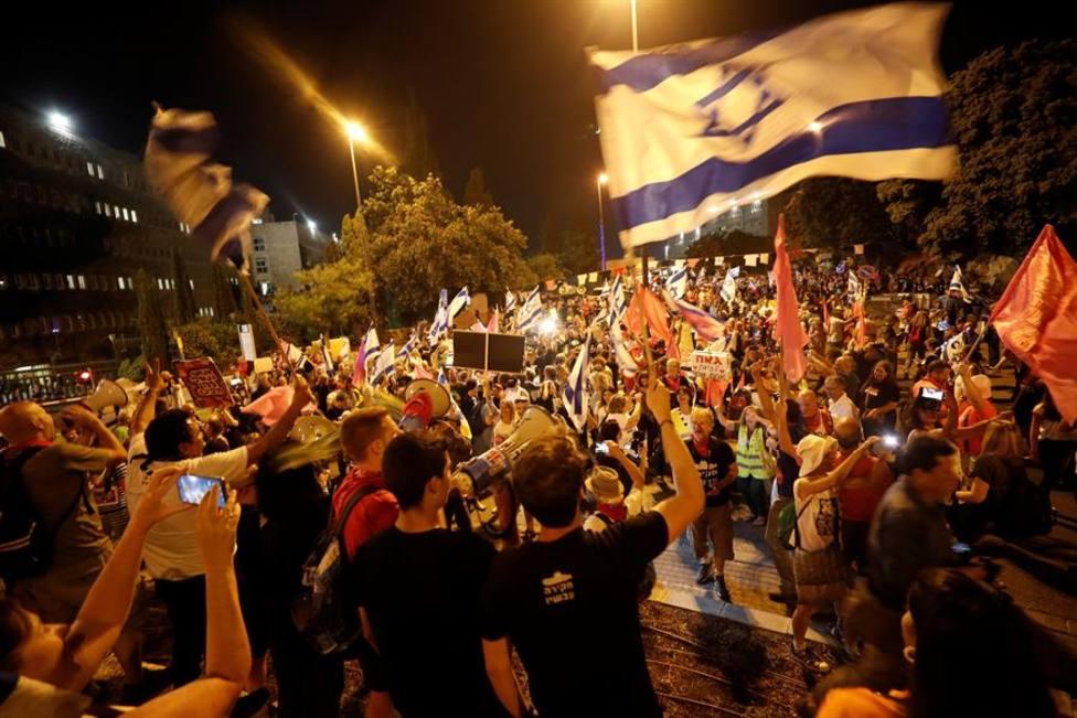 Cientos de personas sin mascarilla en las calles de Israel tras el cambio de Gobierno