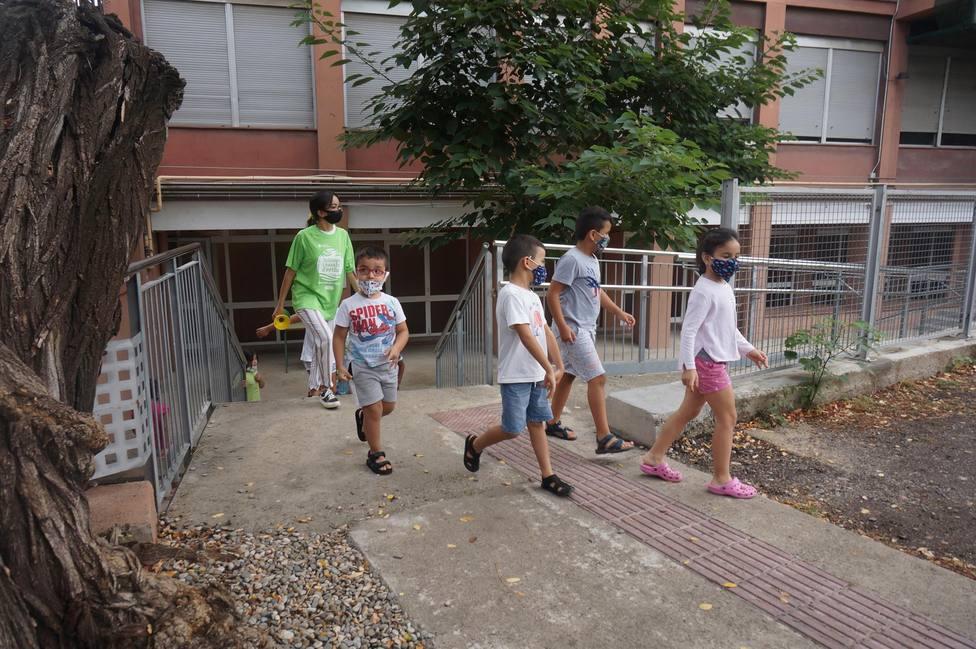 Diversos niños y niñas participan en las actividades de verano de la Fundación Pere Tarrés