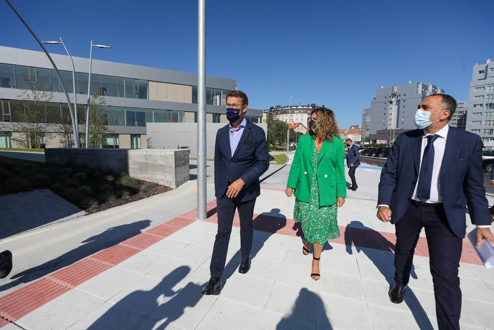 Alberto Núñez Feijóo, Marián Ferreiro y Julio García Comesaña en el nuevo centro de salud de Narón. FOTO:Xunta