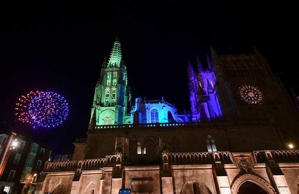 Iluminación especial de la catedral de Burgos y primera sesión de fuegos artificiales