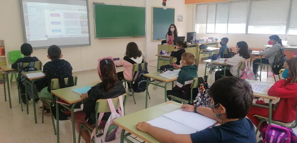 Un aula llena de niños en el colegio de Sober