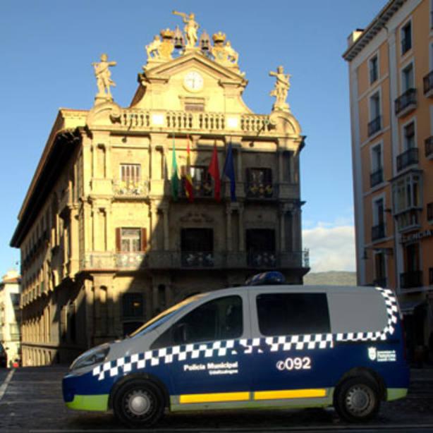 Furgoneta de Policía Municipal frente al Ayuntamiento de Pamplona