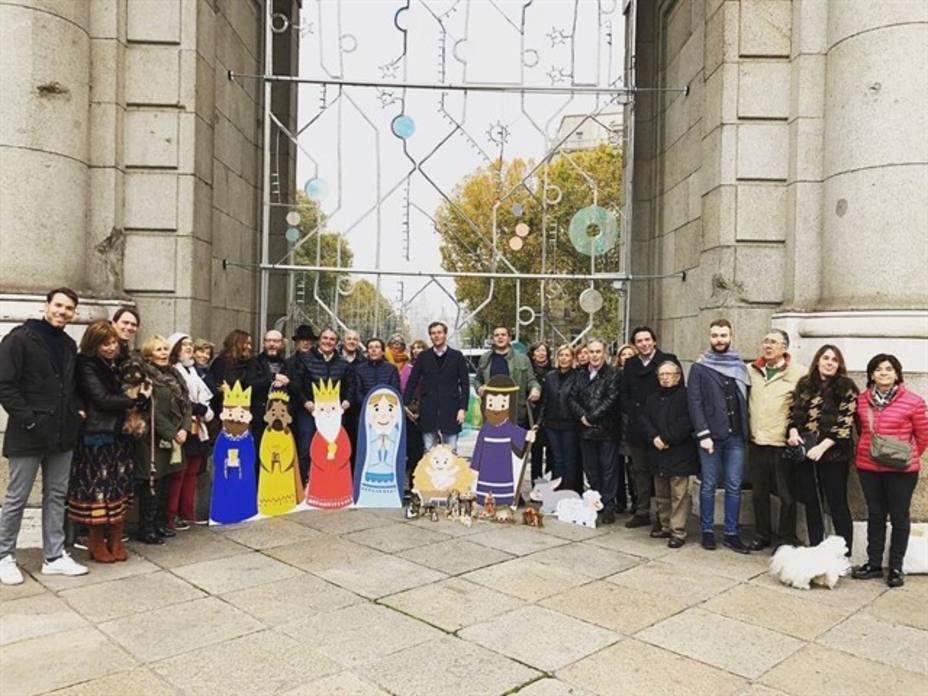 Los madrileños llenan la Puerta de Alcala de belenes