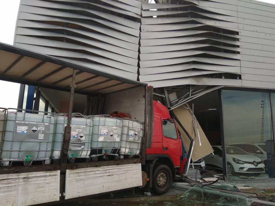 Resultado de imagen para choque de camiones mercancia peligrosa