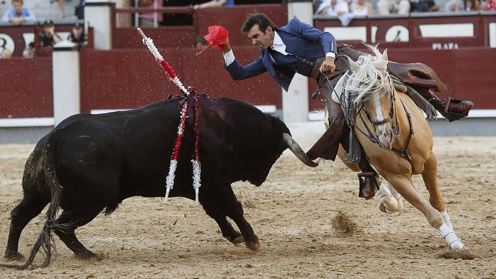 Sergio Galán durante su actuación al quinto toro de Bohórquez, al que ha cortado una oreja de peso