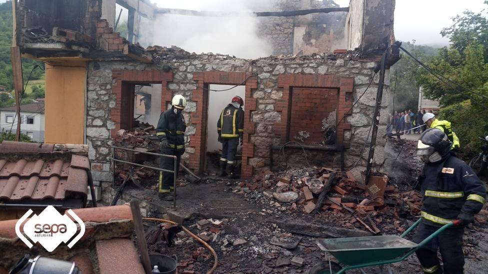 Un hombre fallece atrapado en el incendio de su casa en Laviana