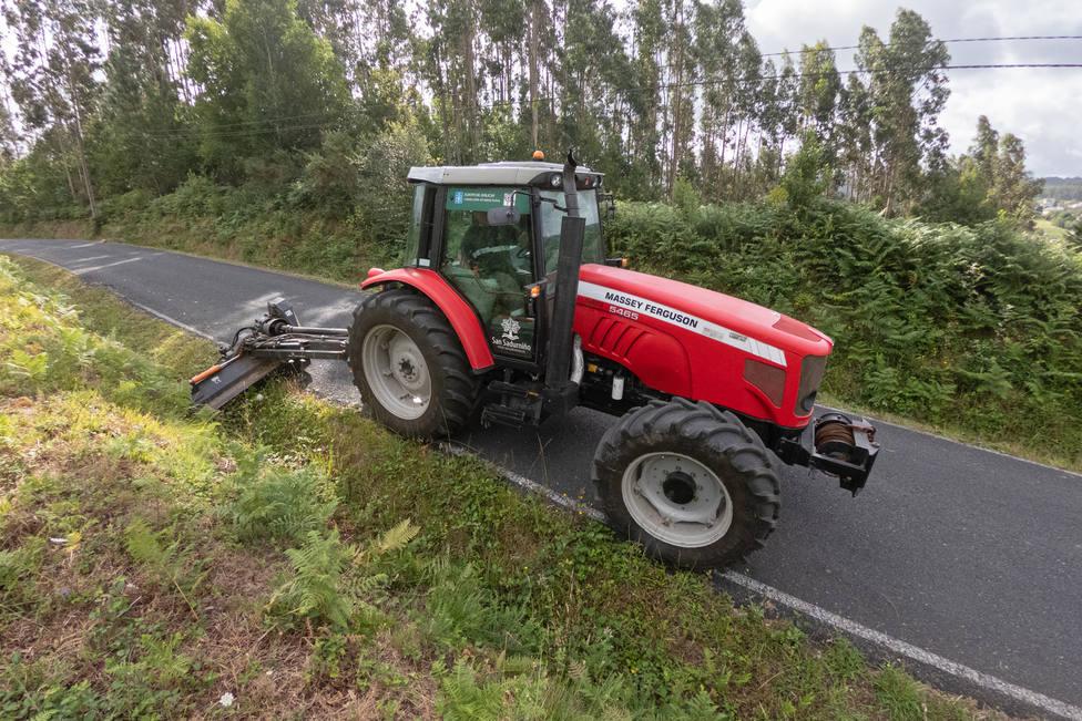 Tractor desbrozando en San Sadurniño - FOTO: César Galdo