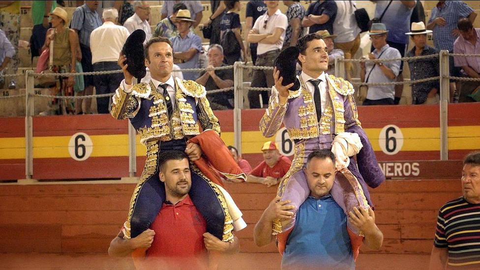 Antonio Ferrera y Paco Ureña en su salida a hombros este domingo en Almería