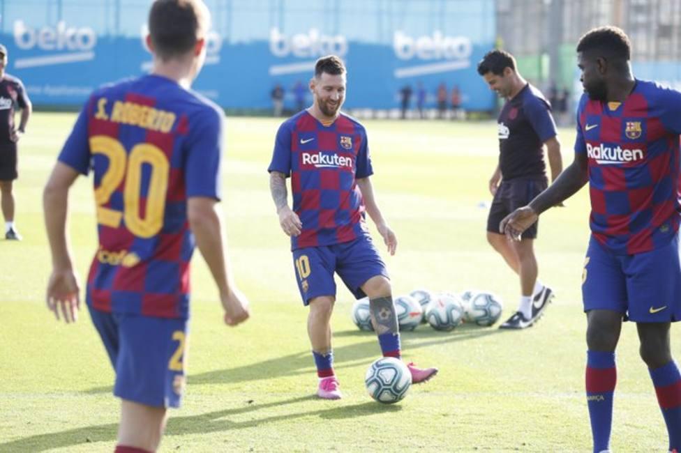 Messi se entrena ya con sus compañeros (fcbarcelona)