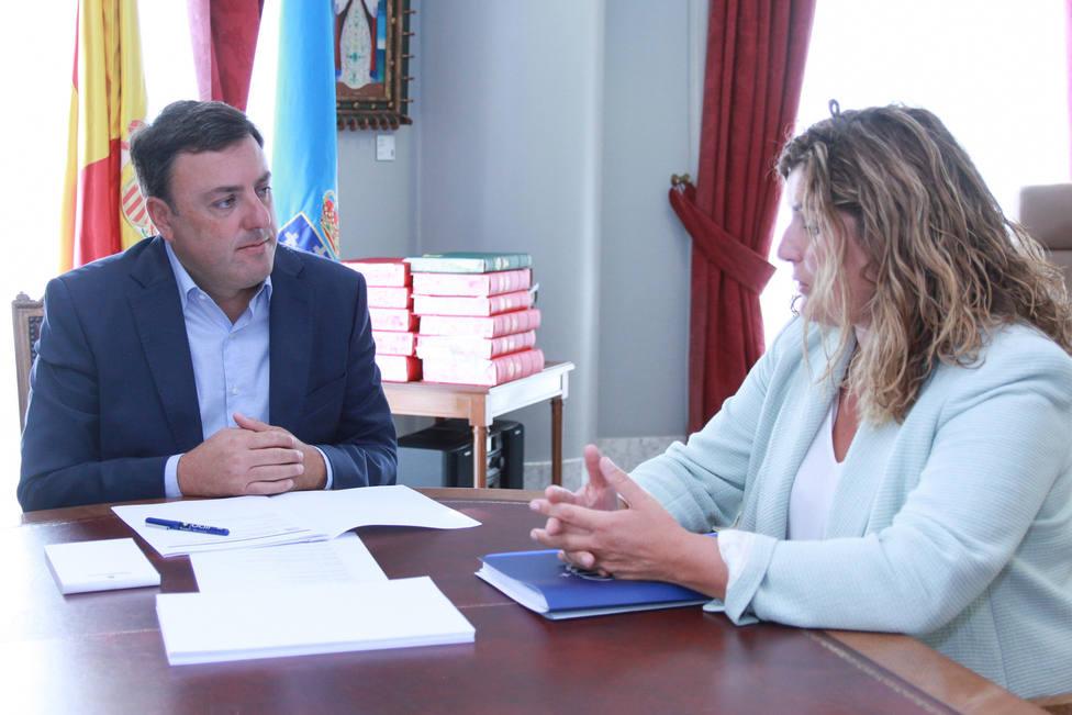 La alcaldesa de Narón, Marián Ferreiro, y el presidente de la Diputación, Valentín González Formoso