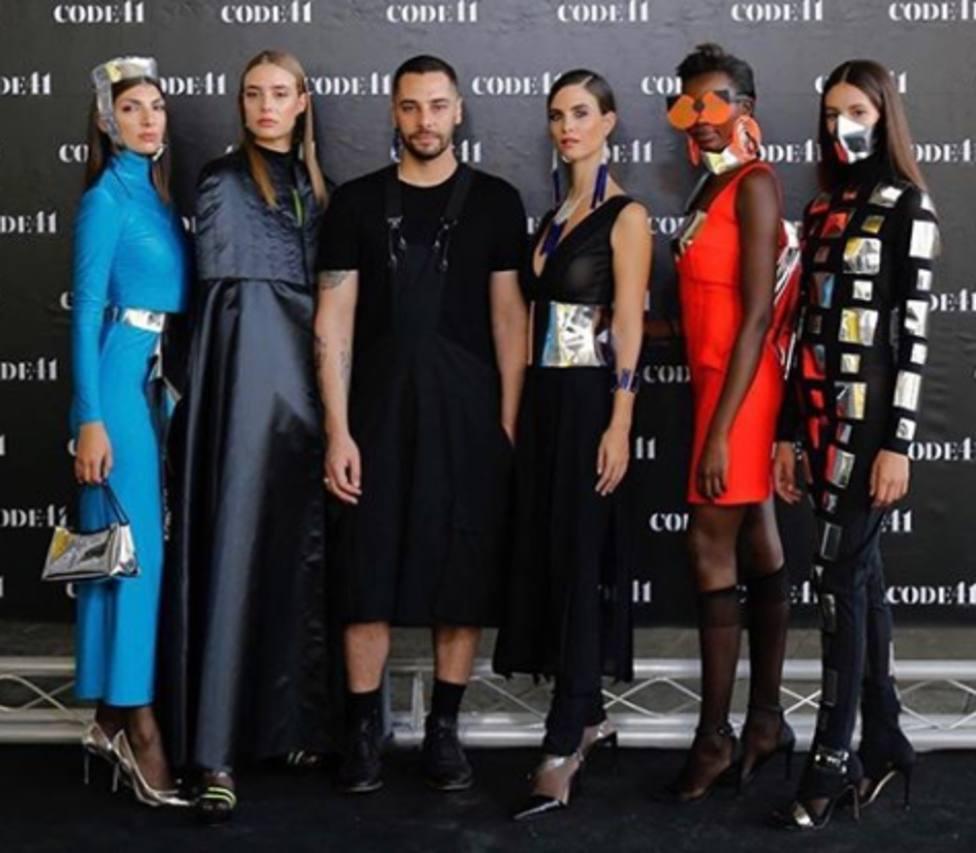 El diseñador Marcio Lopes posa entre modelos