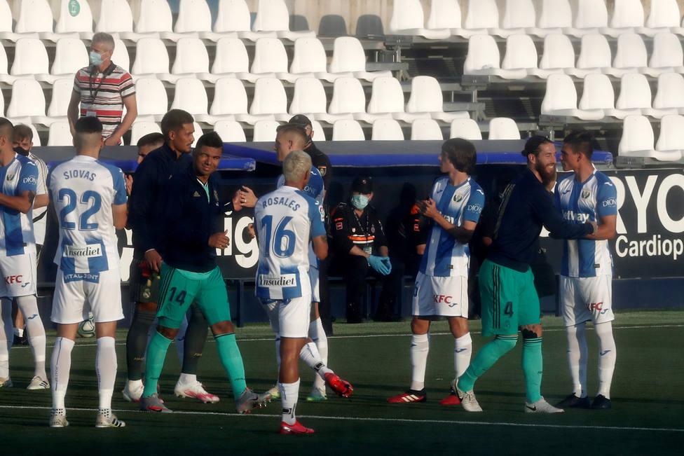 Los jugadores del Leganés hacen el pasillo a los campeones de Liga (EFE)