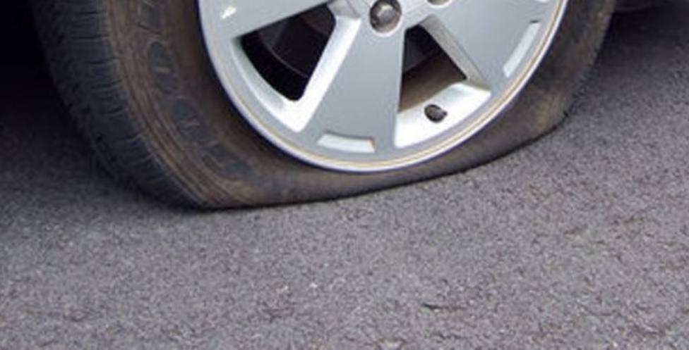 El alcalde de Castro denuncia que le rajaron las ruedas de su coche frente al Concello