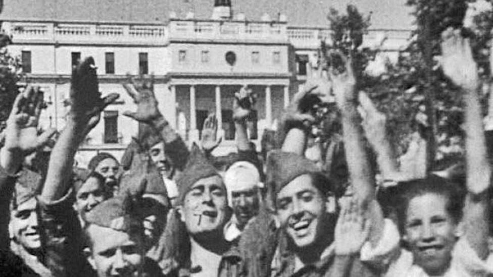 Tropas Nacionales celebran la entrada en Badajoz en la Plaza de España