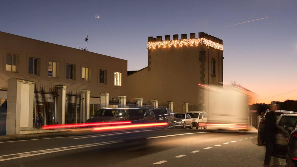 Fachada del concello de San Sadurniño iluminada en Navidad. FOTO: César Galdo